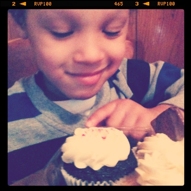 difficult decision, which cupcake should he eat